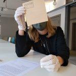 Grüneberger Teilnehmerin untersucht einen Ausstellungsgegenstand